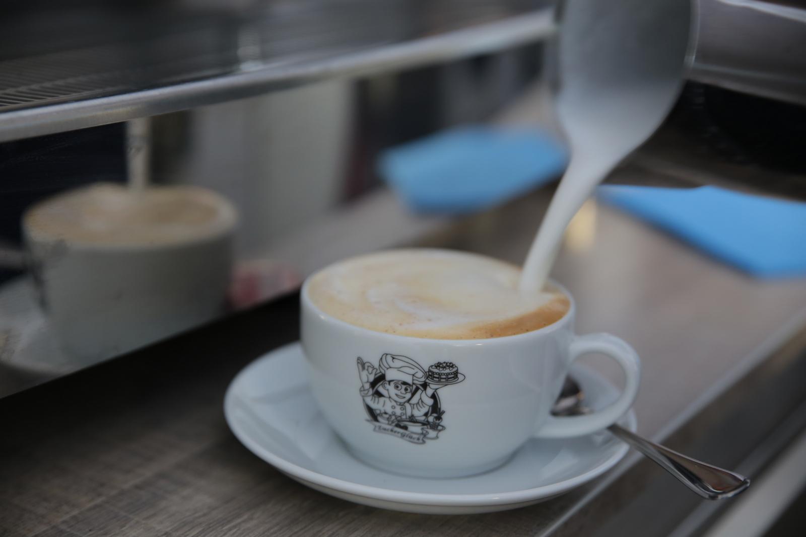 Per Hand cremig aufgeschäumte Milch für Cappuccino und Co.
